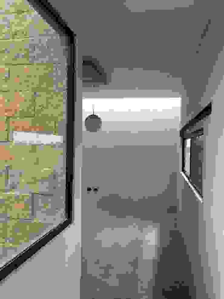 Sala con iluminación cenital, acabados claros y piso de concreto. Salones rurales de Paramétrica Arquitectos Rural