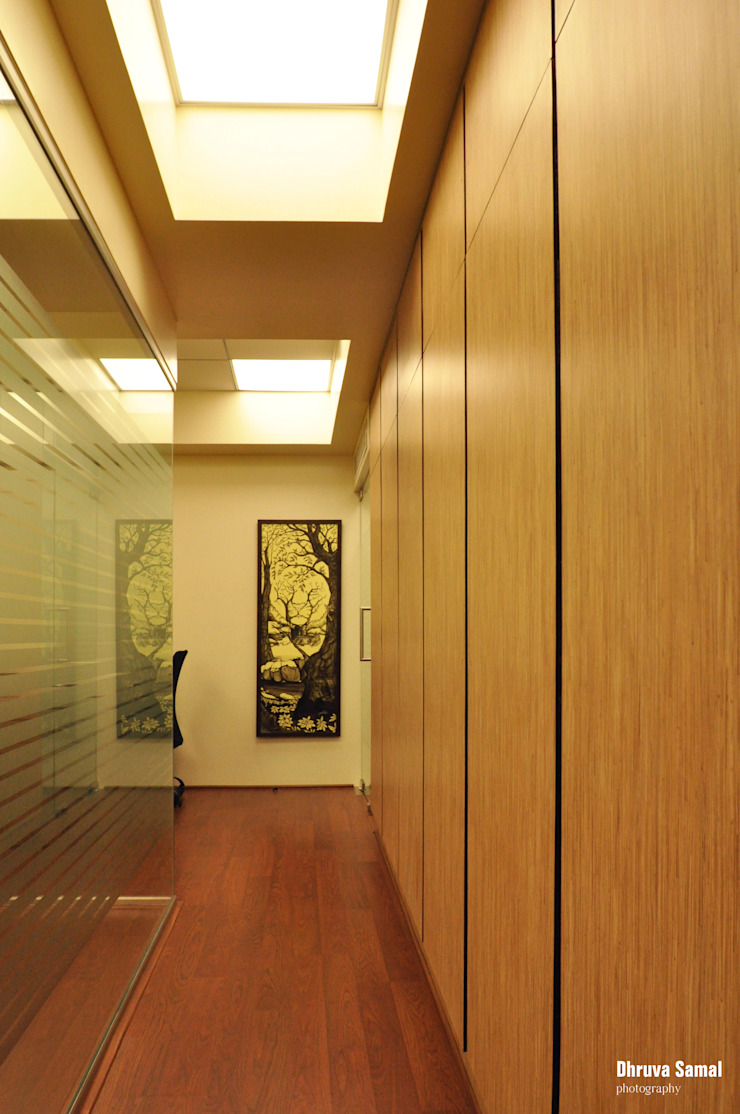 Office at Marine Drive Minimalist offices & stores by Dhruva Samal & Associates Minimalist