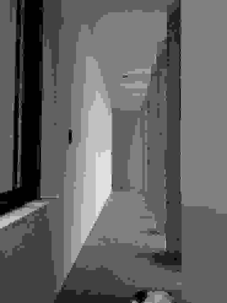 Pasillo con muros de concreto aparente. Pasillos, vestíbulos y escaleras rurales de Paramétrica Arquitectos Rural