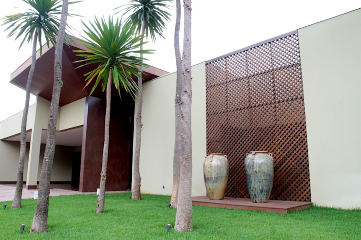 Tropical style houses by RABAIOLI I FREITAS Tropical Wood Wood effect
