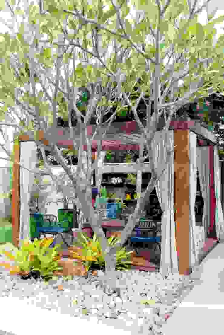À sombra do pergolado, um convite! Jardins tropicais por RABAIOLI I FREITAS Tropical Madeira Efeito de madeira