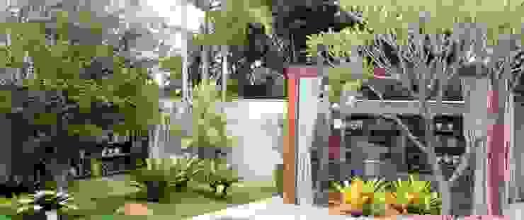 Detalhes do jardim exuberante Jardins tropicais por RABAIOLI I FREITAS Tropical Madeira Efeito de madeira