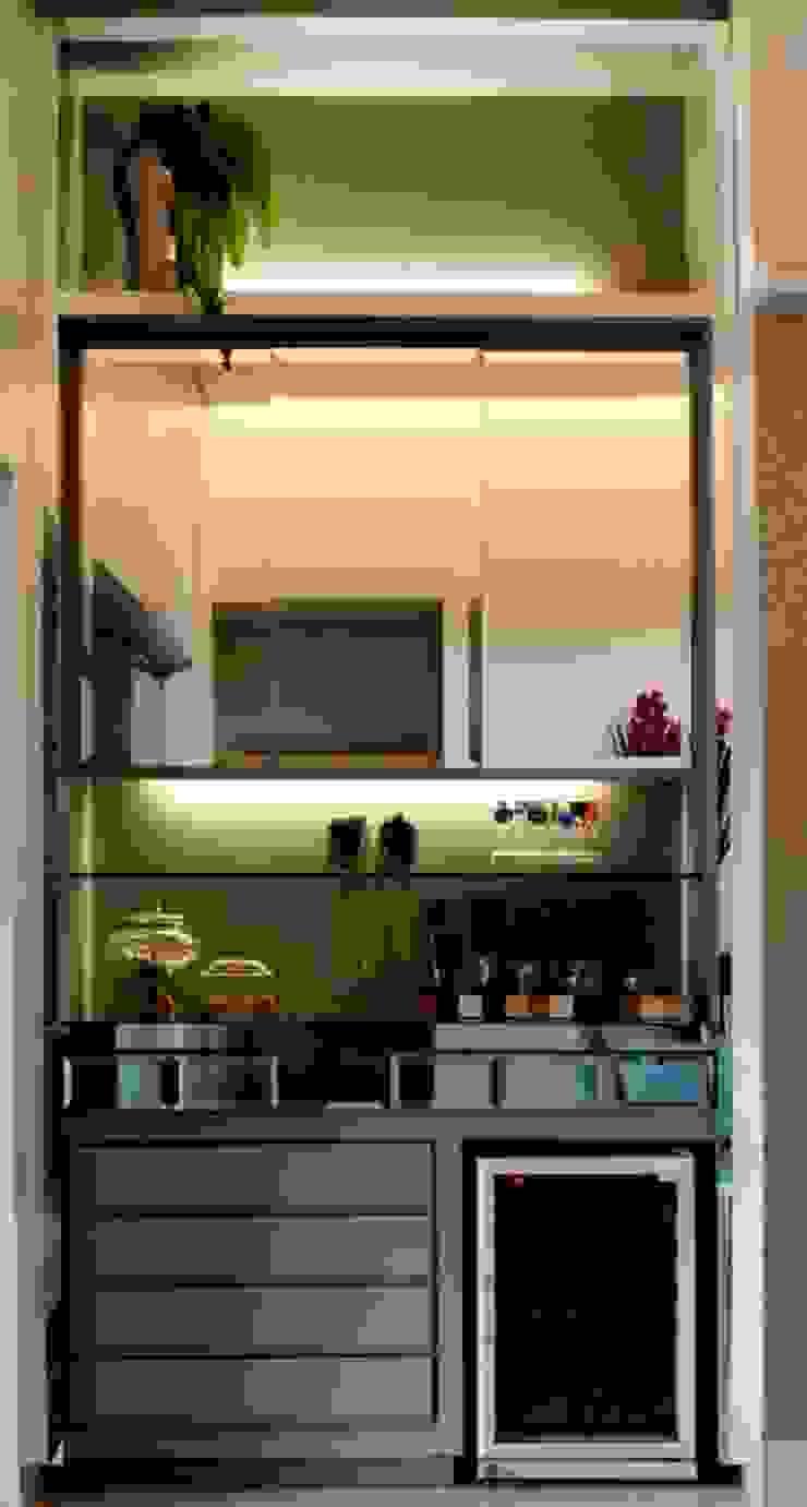 Os acabamentos com toques de modernidade ao Bar do Living Adegas modernas por RABAIOLI I FREITAS Moderno Prata/Ouro
