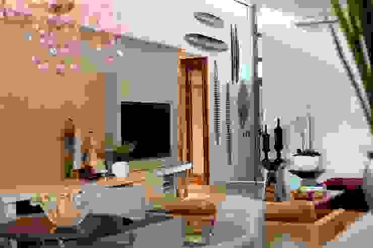 Exuberância na decoração do Living Salas de jantar modernas por RABAIOLI I FREITAS Moderno Papel