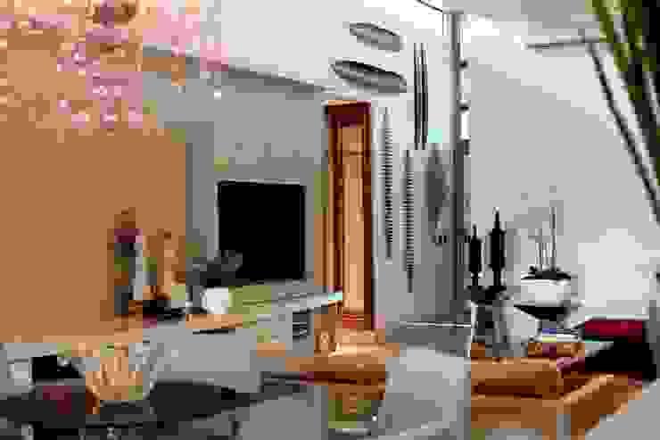 Living Salas de jantar modernas por RABAIOLI I FREITAS Moderno Prata/Ouro