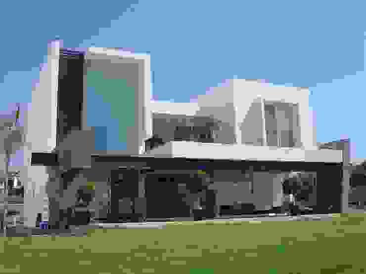 Fachada posterior Casas modernas de homify Moderno Ladrillos
