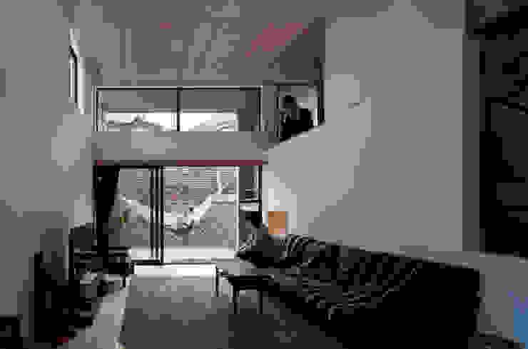 モグラハウス: 藤森大作建築設計事務所が手掛けたリビングです。