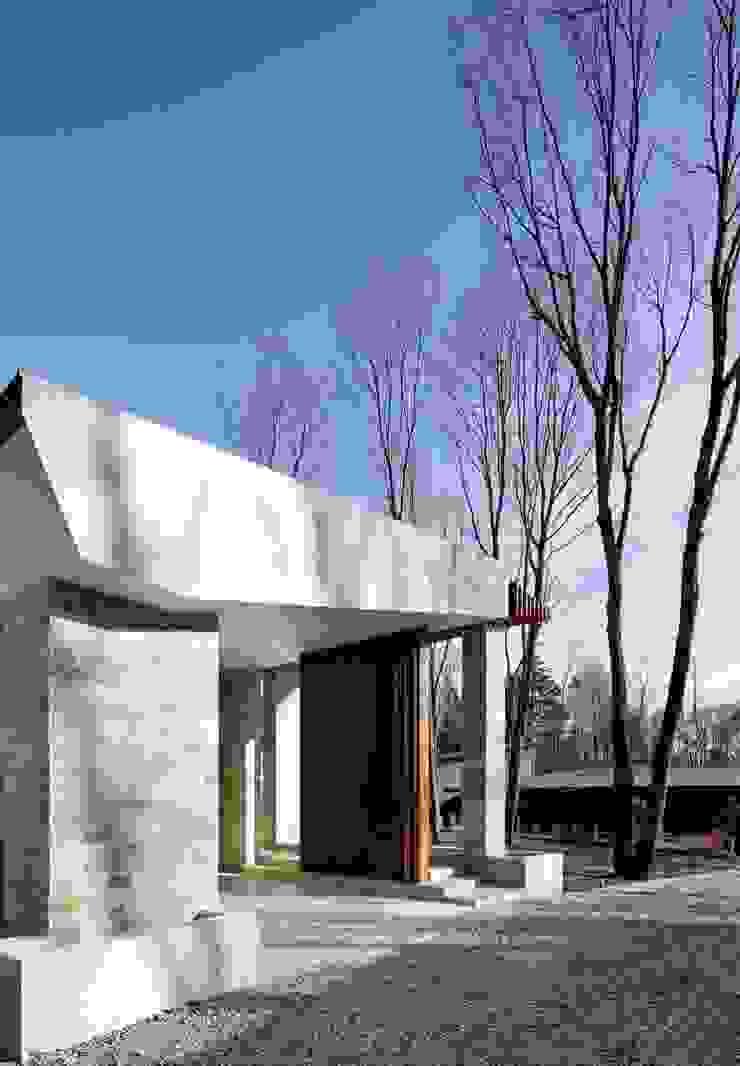 外観 | 軽井沢の別荘建築 | 弧線上のVILLA モダンな 家 の Mアーキテクツ|高級邸宅 豪邸 注文住宅 別荘建築 LUXURY HOUSES | M-architects モダン