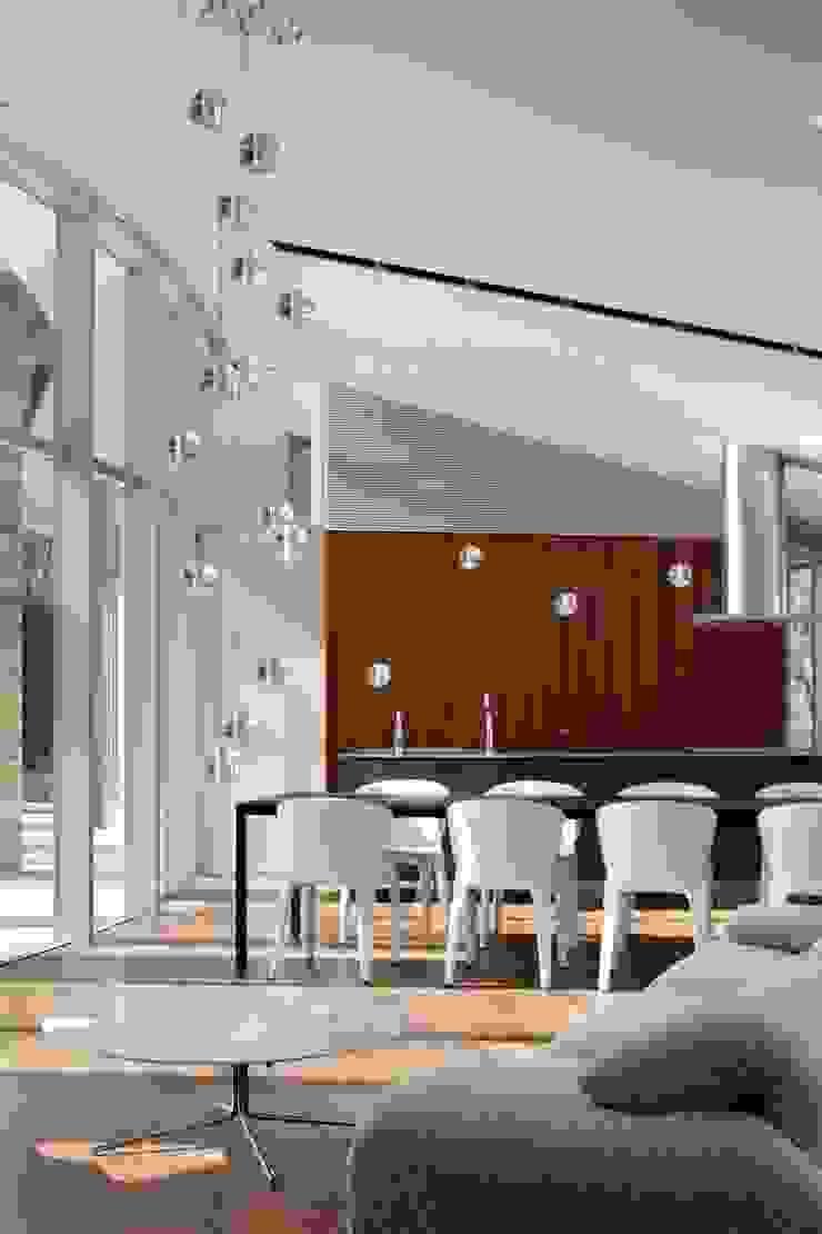 LDK | 軽井沢の別荘建築 | 弧線上のVILLA モダンデザインの リビング の Mアーキテクツ|高級邸宅 豪邸 注文住宅 別荘建築 LUXURY HOUSES | M-architects モダン