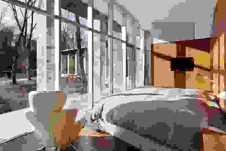 LDK | 軽井沢の別荘建築 | 弧線上のVILLA モダンスタイルの寝室 の Mアーキテクツ|高級邸宅 豪邸 注文住宅 別荘建築 LUXURY HOUSES | M-architects モダン
