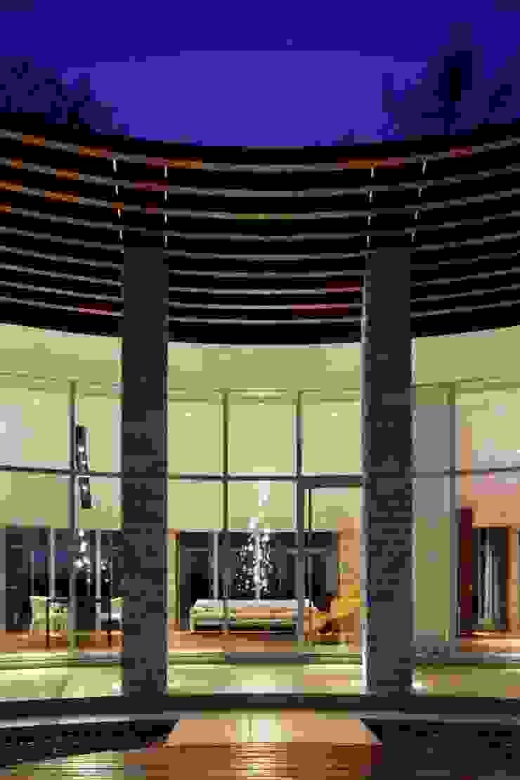 外観夜景 | 軽井沢の別荘建築 | 弧線上のVILLA モダンな 家 の Mアーキテクツ|高級邸宅 豪邸 注文住宅 別荘建築 LUXURY HOUSES | M-architects モダン