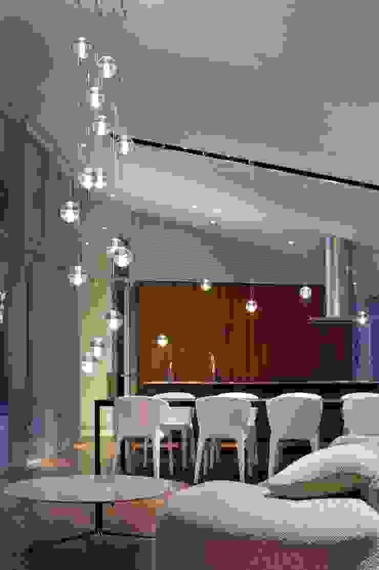 LDK夜景 | 軽井沢の別荘建築 | 弧線上のVILLA モダンデザインの ダイニング の Mアーキテクツ|高級邸宅 豪邸 注文住宅 別荘建築 LUXURY HOUSES | M-architects モダン