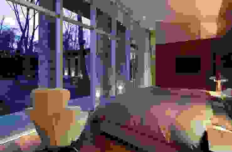LDK夜景 | 軽井沢の別荘建築 | 弧線上のVILLA モダンスタイルの寝室 の Mアーキテクツ|高級邸宅 豪邸 注文住宅 別荘建築 LUXURY HOUSES | M-architects モダン
