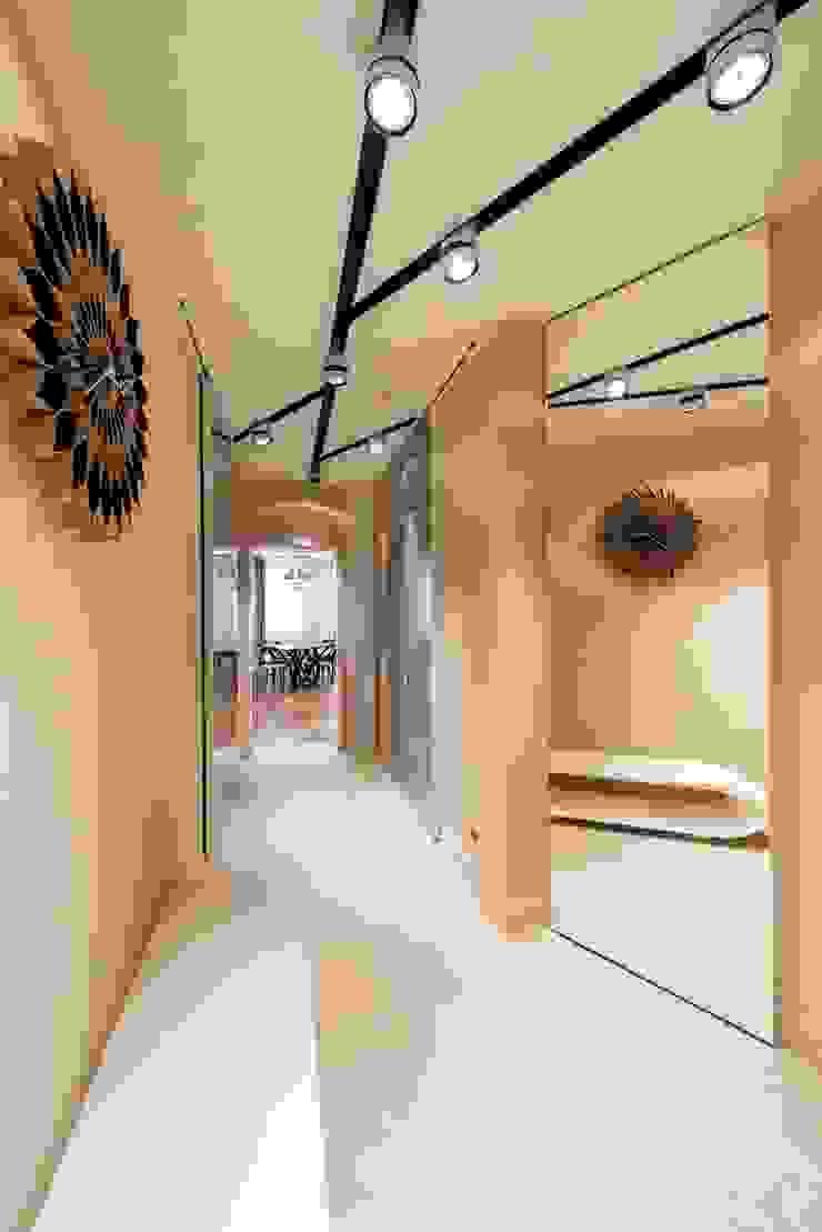 Sky Gallery Minimalist corridor, hallway & stairs