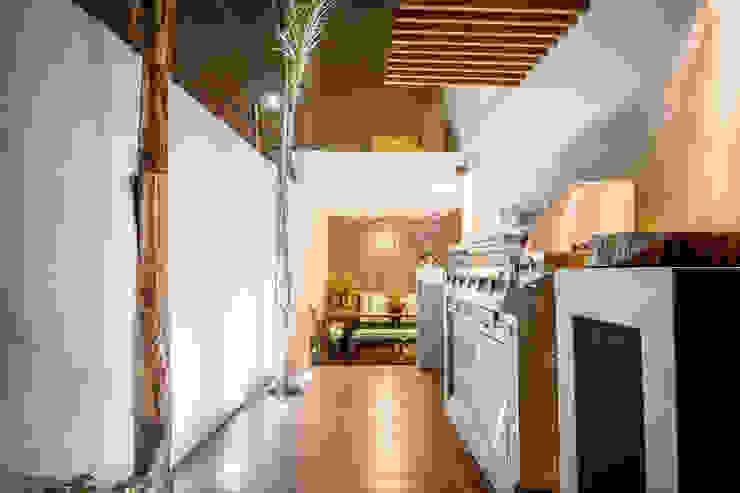 Pasillos, vestíbulos y escaleras de estilo moderno de SZTUKA Laboratorio Creativo de Arquitectura Moderno