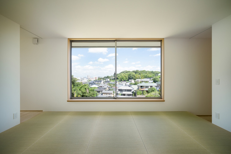 Salones de estilo moderno de 市原忍建築設計事務所 / Shinobu Ichihara Architects Moderno Fibra natural Beige