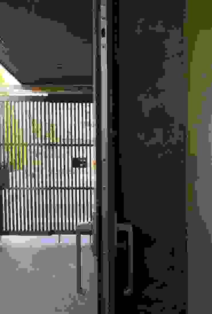 美しが丘西の家 モダンデザインの テラス の (有)伊藤道代建築設計事務所 モダン 無垢材 多色