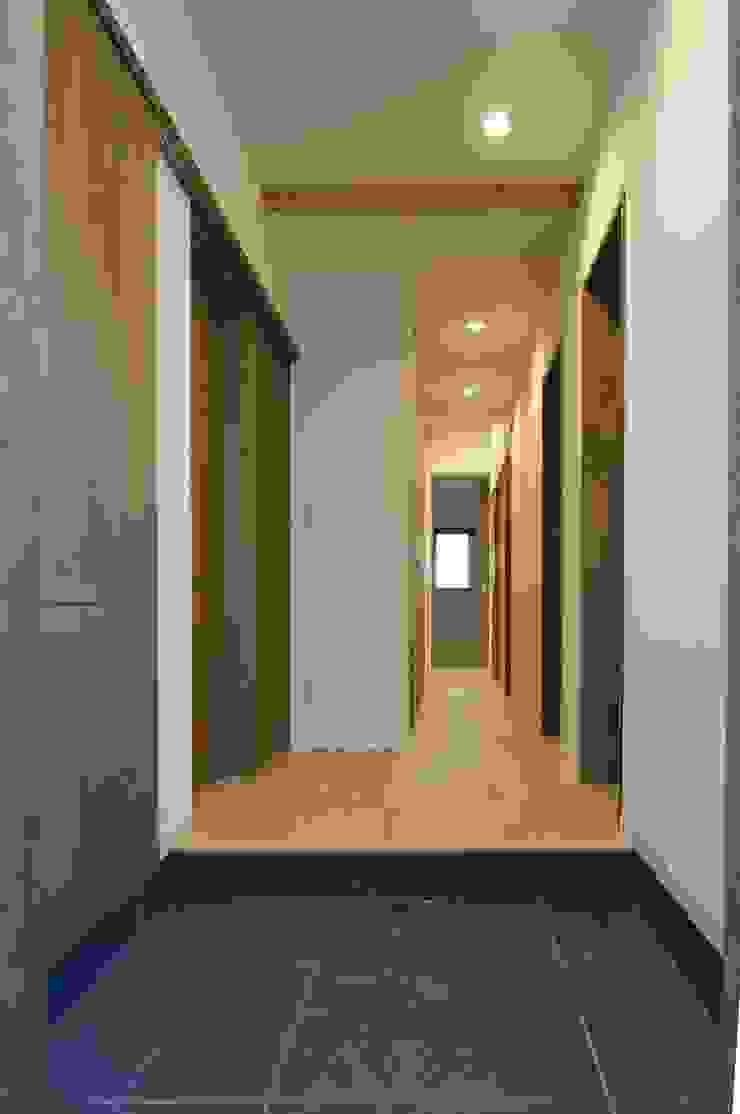 美しが丘西の家 モダンスタイルの 玄関&廊下&階段 の (有)伊藤道代建築設計事務所 モダン 無垢材 多色