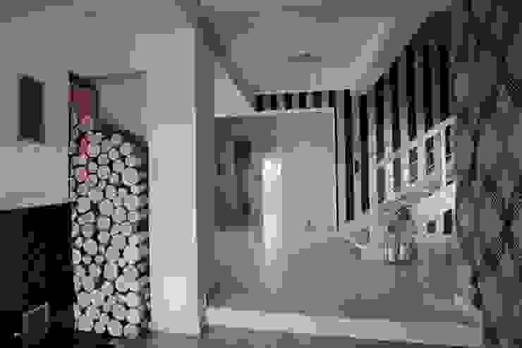 Dom Eklektyczny korytarz, przedpokój i schody od FAJNY PROJEKT Eklektyczny Drewno O efekcie drewna