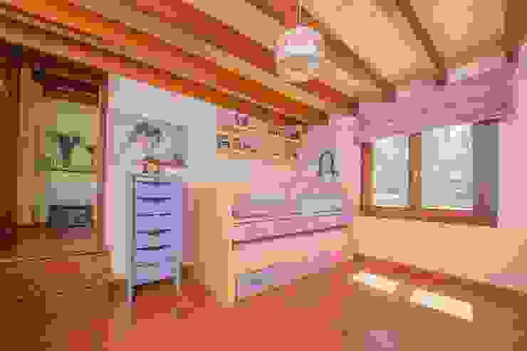Villa S'Aranjassa Dormitorios infantiles de estilo moderno de Lola Moderno Madera Acabado en madera
