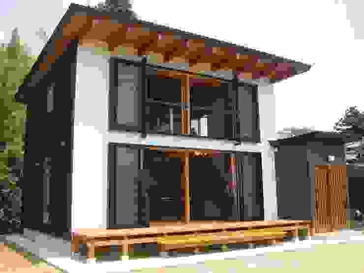 南側全景 クラシカルな 家 の 青戸信雄建築研究所 クラシック 木 木目調