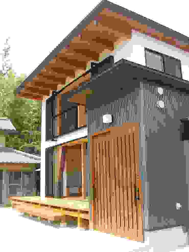玄関棟より見る コロニアルな 家 の 青戸信雄建築研究所 コロニアル 鉄/鋼