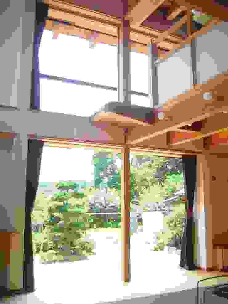 リビング吹抜け クラシックデザインの リビング の 青戸信雄建築研究所 クラシック 木 木目調