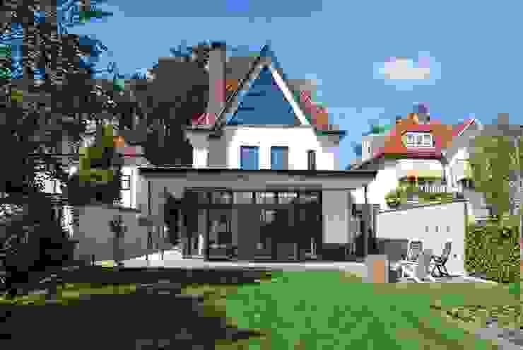 Contact en interactie met de tuin:  Tuin door Architektenburo J.J. van Vliet bv, Klassiek