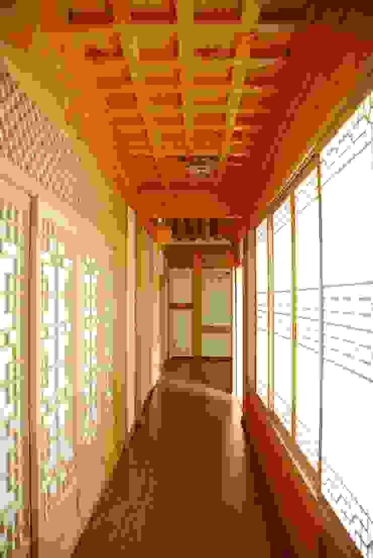 장흥리 한옥마을 내 주택 아시아스타일 복도, 현관 & 계단 by 금송건축 한옥