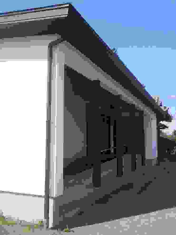 ファサード側面 クラシカルな 家 の 青戸信雄建築研究所 クラシック 木 木目調