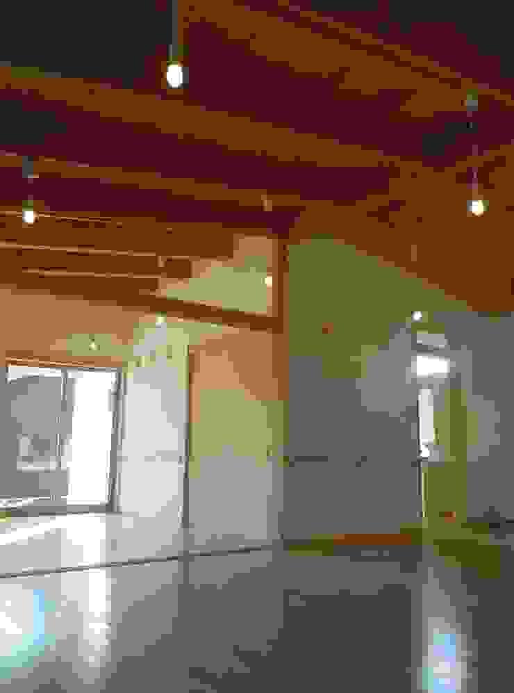 リビングより寝室・水廻り方向を見る クラシックデザインの リビング の 青戸信雄建築研究所 クラシック