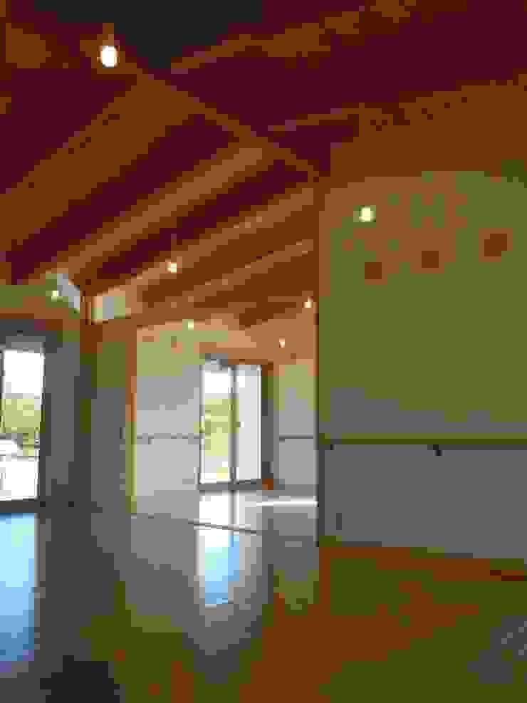 リビングより寝室を見る クラシックデザインの リビング の 青戸信雄建築研究所 クラシック