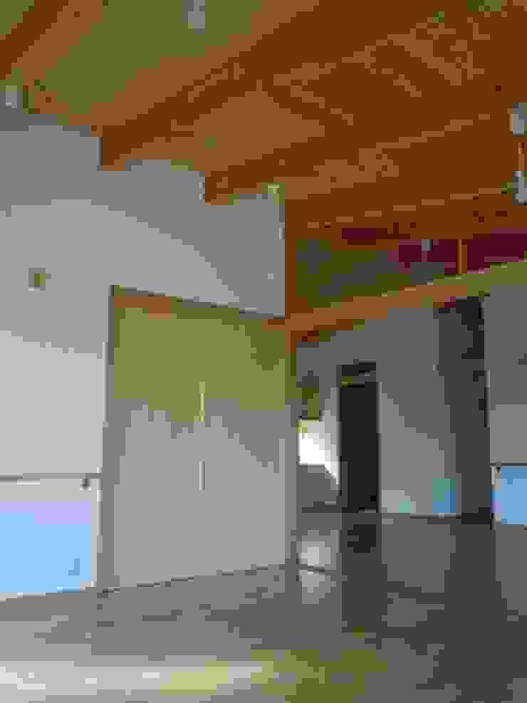 寝室よりリビングを見る クラシカルスタイルの 寝室 の 青戸信雄建築研究所 クラシック