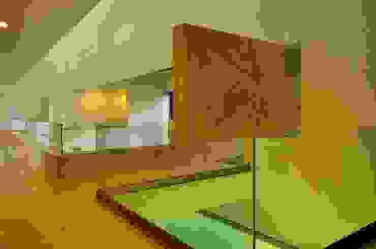 CASA PM: Pasillos y recibidores de estilo  por Vito Ascencio y Arquitectos, Moderno