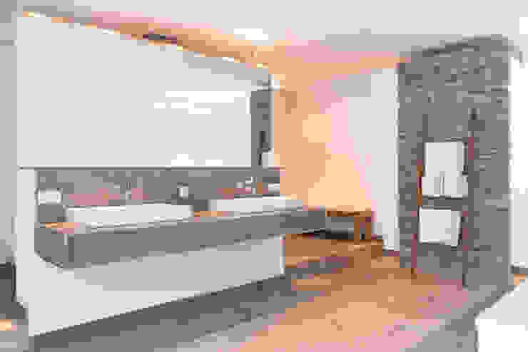 Wellnessoase in Einfamilienhaus bietet viel Platz zum Entspannen Moderne Badezimmer von Pientka - Faszination Naturstein Modern