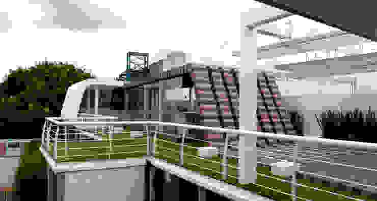Cafe Azul y Rojo Balcones y terrazas de Boutique de Arquitectura (Sonotectura + Refaccionaria)