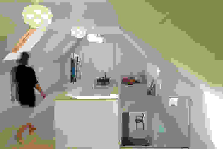 Les Bardeaux Corredores, halls e escadas modernos por JAMIE FALLA ARCHITECTURE Moderno