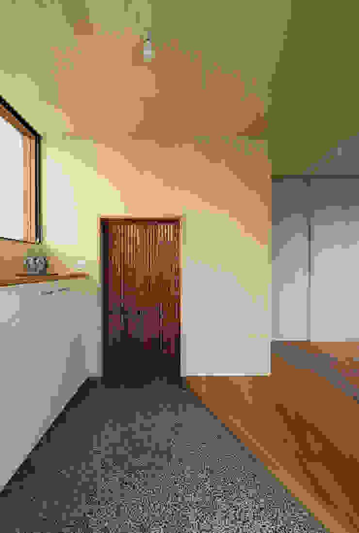 Maitamon House Studio Antena 隨意取材風玄關、階梯與走廊