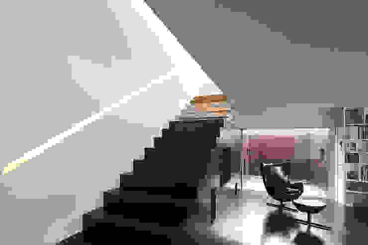 Pasillos, vestíbulos y escaleras de estilo moderno de Barbosa & Guimarães, Lda. Moderno