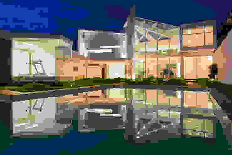 Paredes y pisos de estilo moderno de FCM Arquitetura Moderno