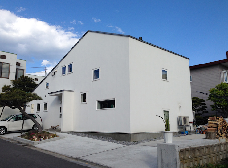 Case moderne di 神子島肇建築設計事務所 Moderno