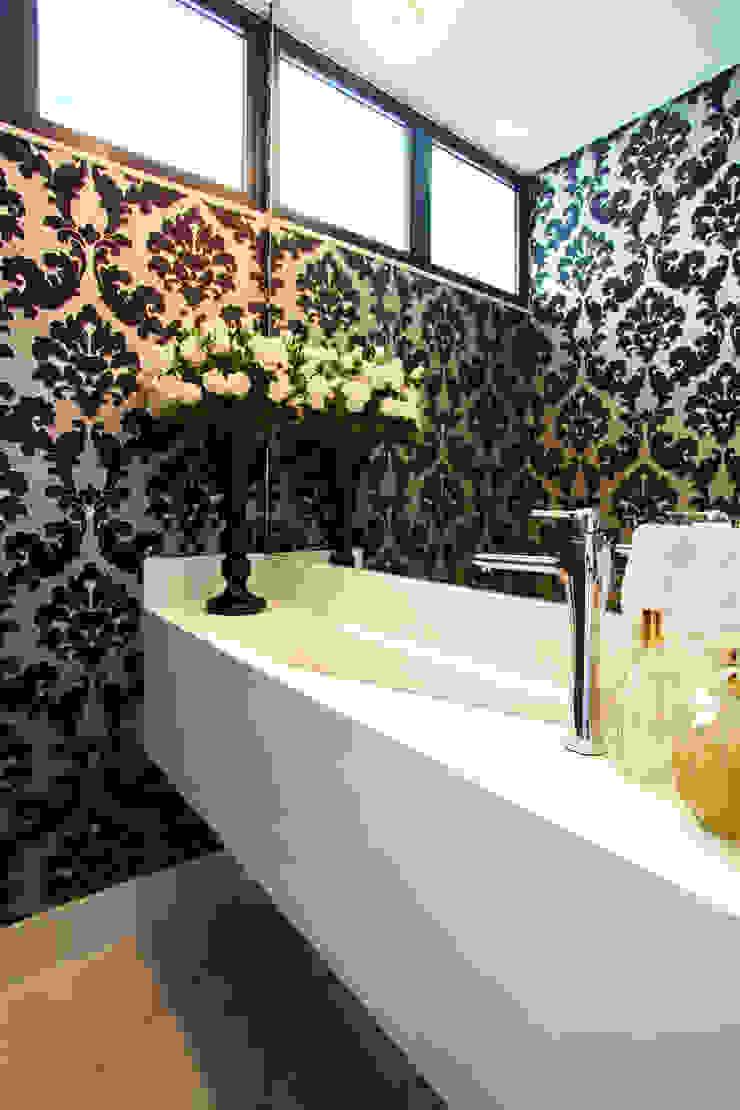 Salle de bain minimaliste par ZAAV Arquitetura Minimaliste