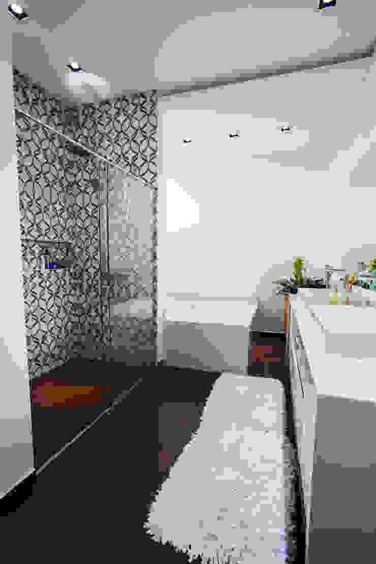 Minimalist style bathroom by ZAAV Arquitetura Minimalist