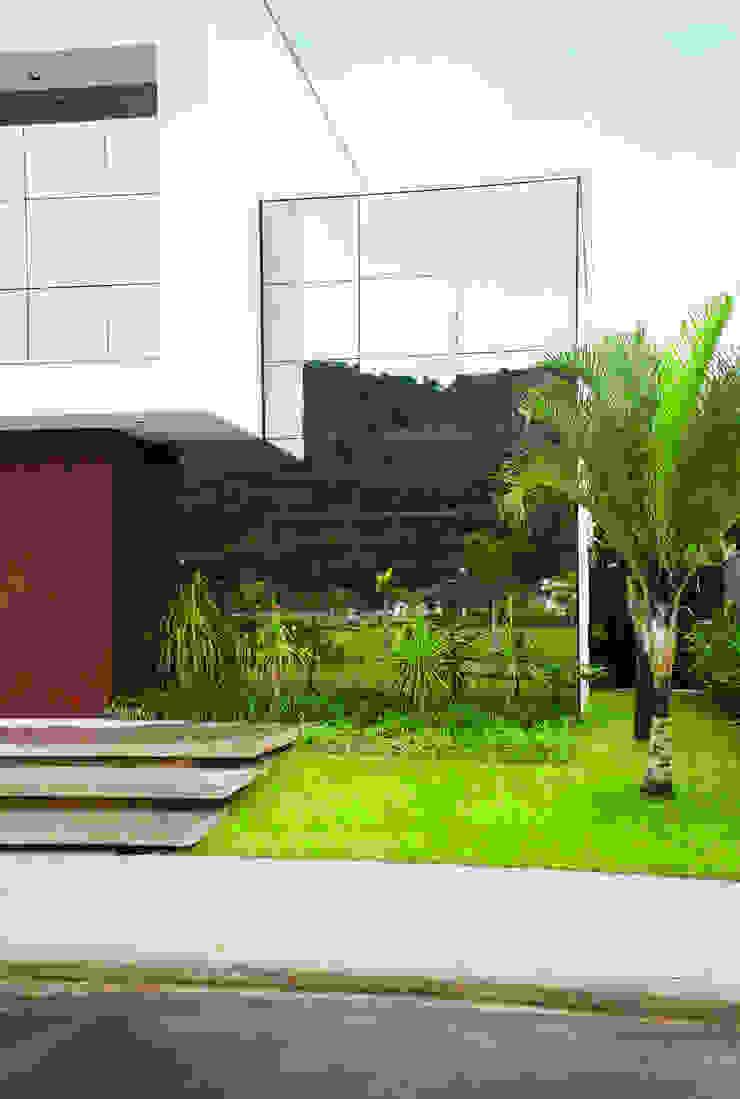 Minimalist style garden by ZAAV Arquitetura Minimalist