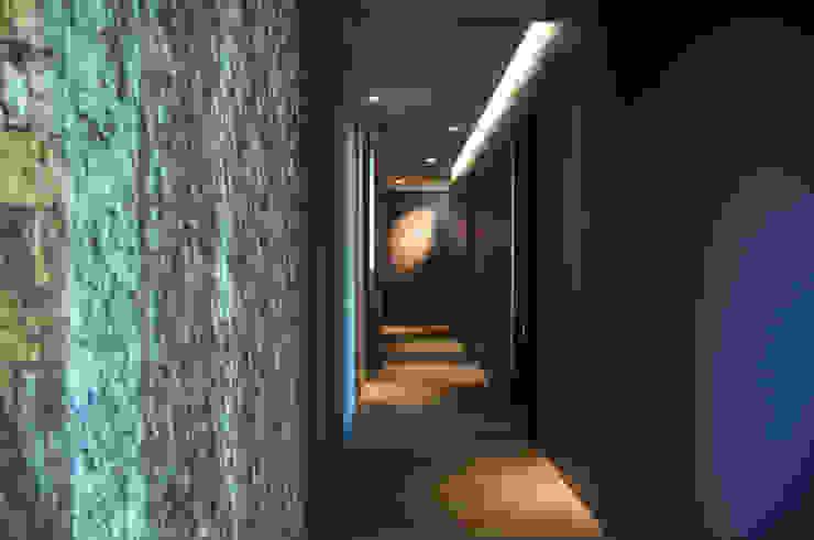 ABITAZIONE MM BOLOGNA Ingresso, Corridoio & Scale in stile moderno di INSIDESIGN STUDIOSTORE - MELMAN GROUP SRL Moderno