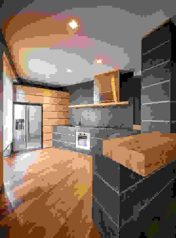 Abbandonare l'impronta tradizionale senza rinunciare ad un ambiente caldo e confortevole Cucina minimalista di AMlab Minimalista
