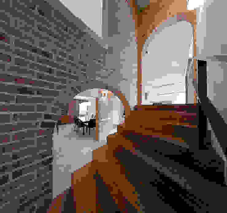 Modern corridor, hallway & stairs by Pracownia Świętego Józefa Modern