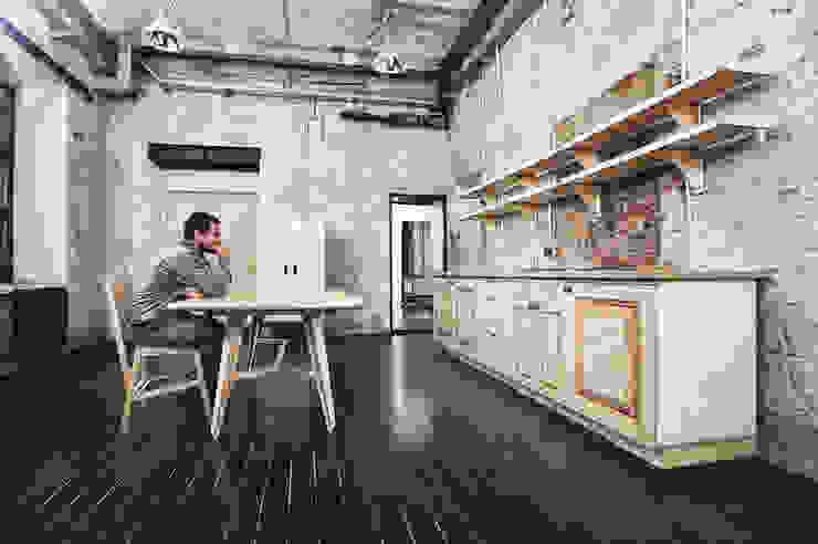 Резиденция художника «ЗАРЯ» Гостиная в стиле минимализм от Concrete jungle Минимализм