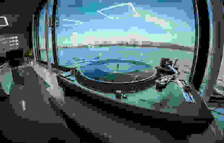 Domy na wodzie Nowoczesny pokój multimedialny od floatinghouses Nowoczesny