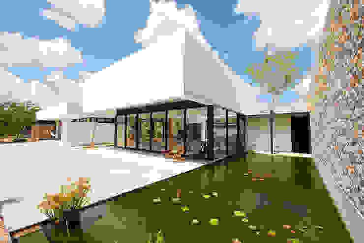 FACHADA Casas estilo moderno: ideas, arquitectura e imágenes de Gonzalez Amaro Moderno Piedra